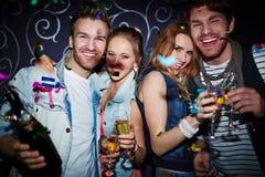 Clubbers de nuit avec le champagne Photographie stock libre de droits