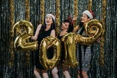 Clubbing asiatico delle donne durante il partito ed il nuovo anno di natale fotografia stock libera da diritti