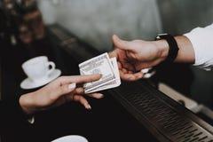clubbing barman pagamento ragazze cocktail siedasi fotografie stock libere da diritti