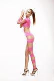 clubbing Donna capa di rosso in costume teatrale rosa immagine stock libera da diritti