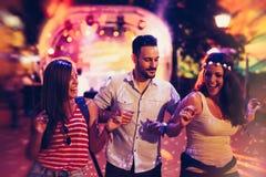Clubbing e dança dos povos no partido fotografia de stock