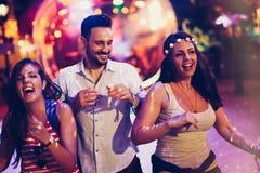 Clubbing e dancing della gente al partito fotografia stock
