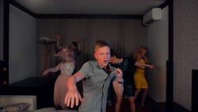 Clubbing fresco del tipo duro al partito archivi video