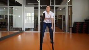 Clube de aptidão Exercício duro mesmo com cordas A menina está tentando 4K mo lento video estoque