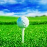 Clube de golfe Campo e bola verdes na grama Imagens de Stock