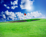Clube de golfe Campo e bola verdes na grama Fotos de Stock