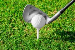 Clube de golfe Campo e bola verdes na grama Imagem de Stock