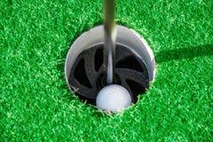 Clube de golfe Campo e bola verdes na grama Imagens de Stock Royalty Free