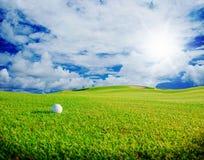 Clube de golfe Campo e bola verdes na grama Fotos de Stock Royalty Free