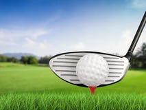 Clube de golfe com bola de golfe na opinião lateral do T Foto de Stock