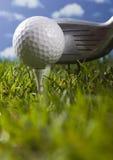 Clube de golfe com esfera em um T Fotografia de Stock
