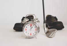 clube de golfe e despertador com as sapatas de couro do negócio, conceito o fotografia de stock royalty free