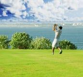 Clube de golfe Homem que joga o golfe Imagem de Stock Royalty Free