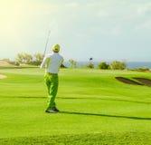 Clube de golfe Homem que joga o golfe Fotos de Stock