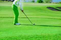 Clube de golfe Homem que joga o golfe Imagem de Stock