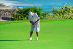 Clube de golfe Homem que joga o golfe Fotografia de Stock Royalty Free
