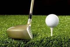 Clube de golfe novo com a esfera no T 1 Fotos de Stock