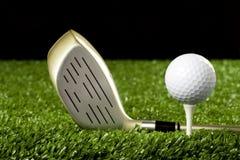 Clube de golfe novo com a esfera no T 1 Imagens de Stock
