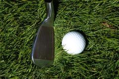 Clube e bola de golfe imagens de stock