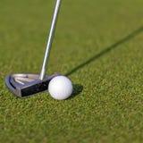 Clube e bola de golfe Fotos de Stock