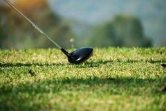 Clube e bola de golfe de golfe borrado próximos acima em coures do golfe em Thail Foto de Stock