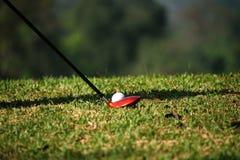 Clube e bola de golfe de golfe borrado próximos acima em coures do golfe em Thail Fotografia de Stock Royalty Free