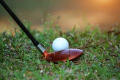 Clube e bola de golfe de golfe borrado próximos acima em coures do golfe em Thail Imagem de Stock