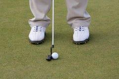 Clube e bola de golfe na grama do T Imagem de Stock