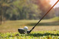 Clube e bola de golfe de golfe próximos acima em coures do golfe em Tailândia Fotografia de Stock Royalty Free