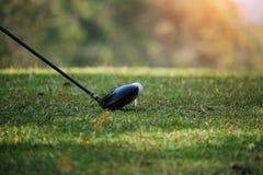 Clube e bola de golfe de golfe próximos acima em coures do golfe em Tailândia Foto de Stock Royalty Free