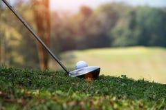 Clube e bola de golfe de golfe próximos acima em coures do golfe em Tailândia Imagens de Stock Royalty Free