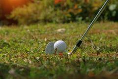 Clube e bola de golfe de golfe próximos acima em coures do golfe em Tailândia Fotos de Stock Royalty Free