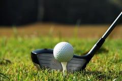 Clube e bola de golfe de golfe próximos acima em coures do golfe em Tailândia Fotos de Stock