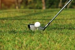 Clube e bola de golfe de golfe próximos acima em coures do golfe em Tailândia Imagem de Stock