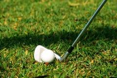 Clube e bola de golfe de golfe próximos acima em coures do golfe em Tailândia Fotografia de Stock