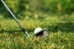 Clube e bola de golfe de golfe próximos acima em coures do golfe em Tailândia Imagens de Stock