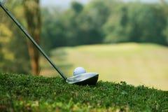 Clube e bola de golfe de golfe próximos acima em coures do golfe em Tailândia Imagem de Stock Royalty Free