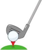 Clube e bola de golfe prontos Fotografia de Stock Royalty Free