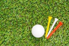 Clube e esfera de golfe na grama imagens de stock