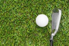 Clube e esfera de golfe na grama imagem de stock royalty free