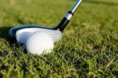 Clube e esfera de golfe no fairway Fotografia de Stock