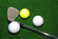 Clube e esferas de golfe foto de stock