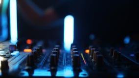 Clube noturno Deejay Record Player do DJ do fundo da música vídeos de arquivo