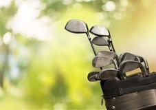 Clubes de golfe diferentes no fundo Imagens de Stock