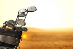 Clubes de golfe diferentes no fundo Fotos de Stock Royalty Free
