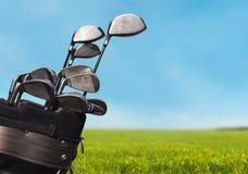 Clubes de golfe diferentes no fundo borrado Fotos de Stock Royalty Free