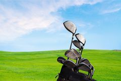 Clubes de golfe diferentes no fundo borrado Fotografia de Stock Royalty Free
