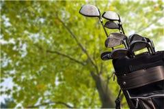 Clubes de golfe diferentes no fundo borrado Imagem de Stock