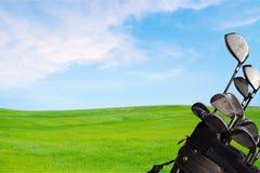 Clubes de golfe diferentes no fundo verde do campo Fotos de Stock Royalty Free