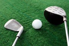 Clubes de golfe e esfera de golfe Imagem de Stock